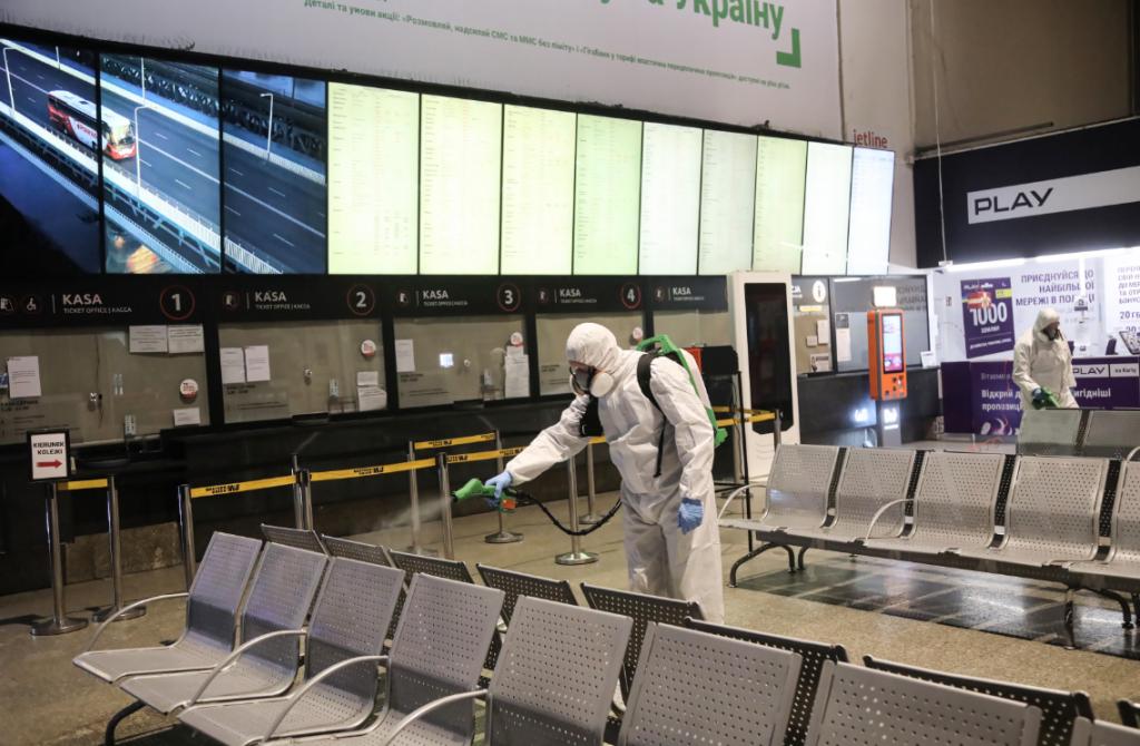Дэзінфекцыя на вакзале ў Варшаве. Фота: tvn24.pl