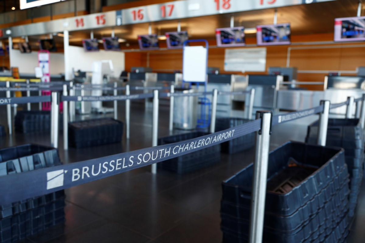 аэропорт Шарлеруа Empty check-in lines are seen before the closure of Brussels South Charleroi Airport as airlines have suspended flights to slow down the spread of coronavirus disease (COVID-19), Charleroi, Belgium March 24, 2020. REUTERS/Francois Lenoir