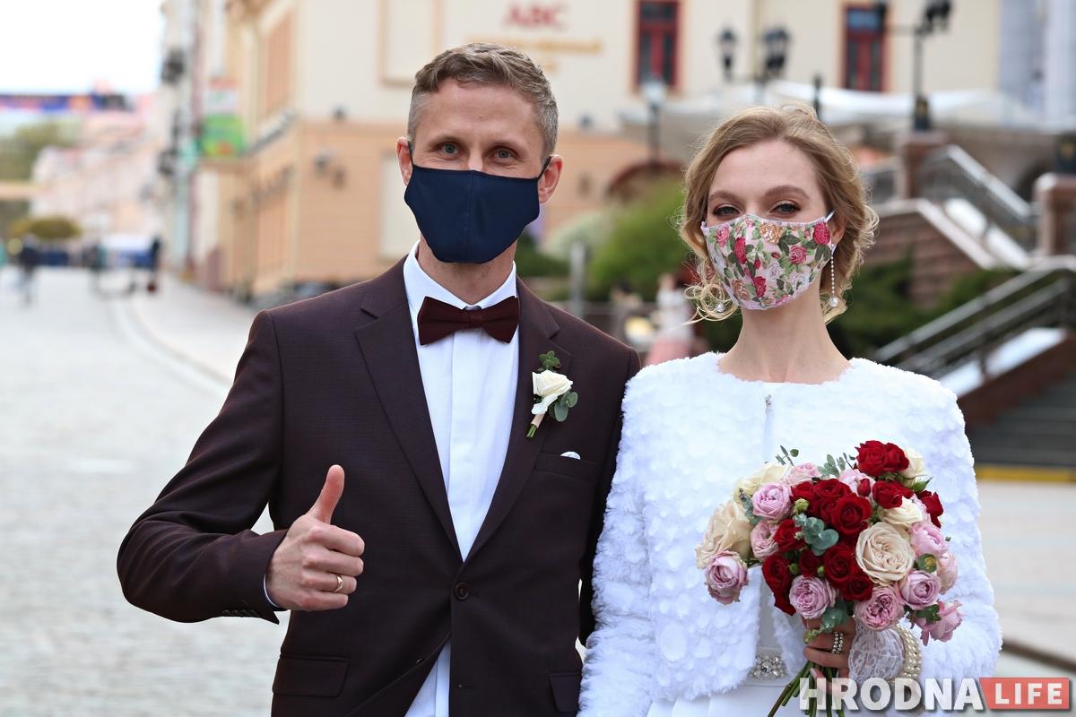 Вяселле падчас каранавіруса: у Гродне маладыя і госці прыйшлі ў ЗАГС у масках