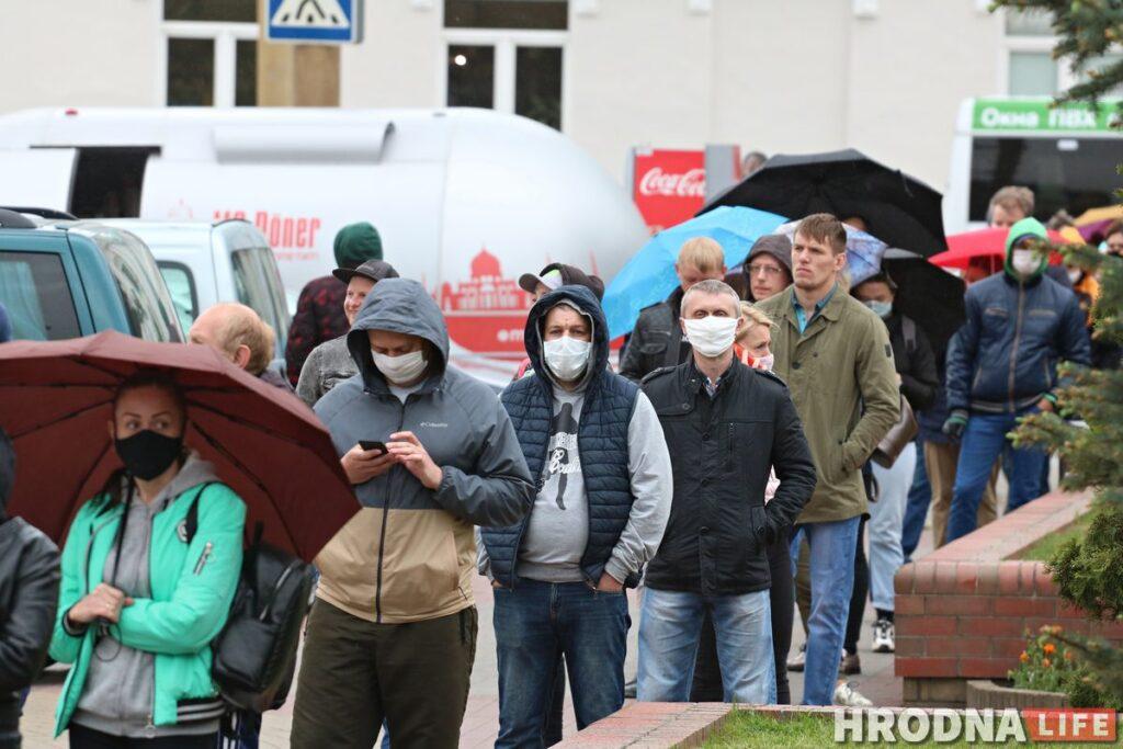 Гродненцы приходят подписаться за Тихановскую, несмотря на задержания