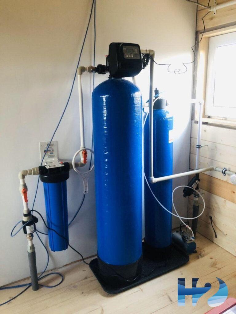 Система обезжелезивания воды Formula FeAIR. Принцип работы основан на аэрации - обогащение воды кислородом. Как правило используется для воды с большим содержанием железа.  Система установлена в коттедже с четырмя проживающими