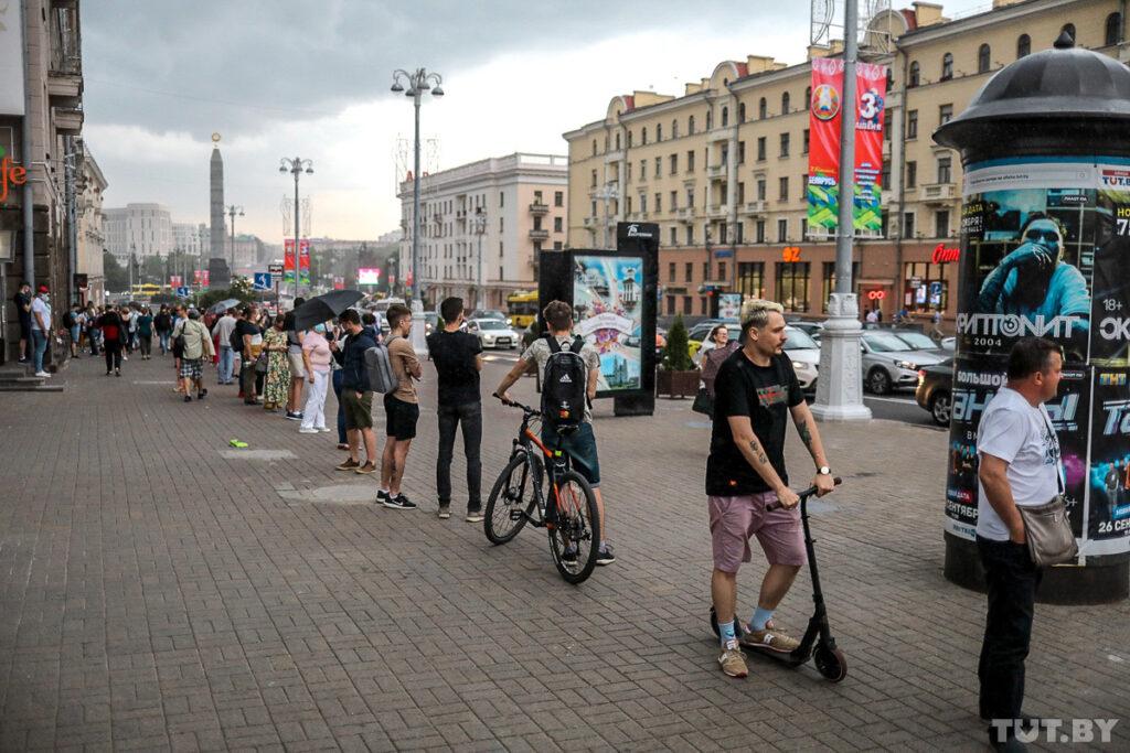 У Мінску ўздоўж цэнтральнага праспекта стварылі ланцуг салідарнасці: акцыя доўжылася амаль сем гадзін