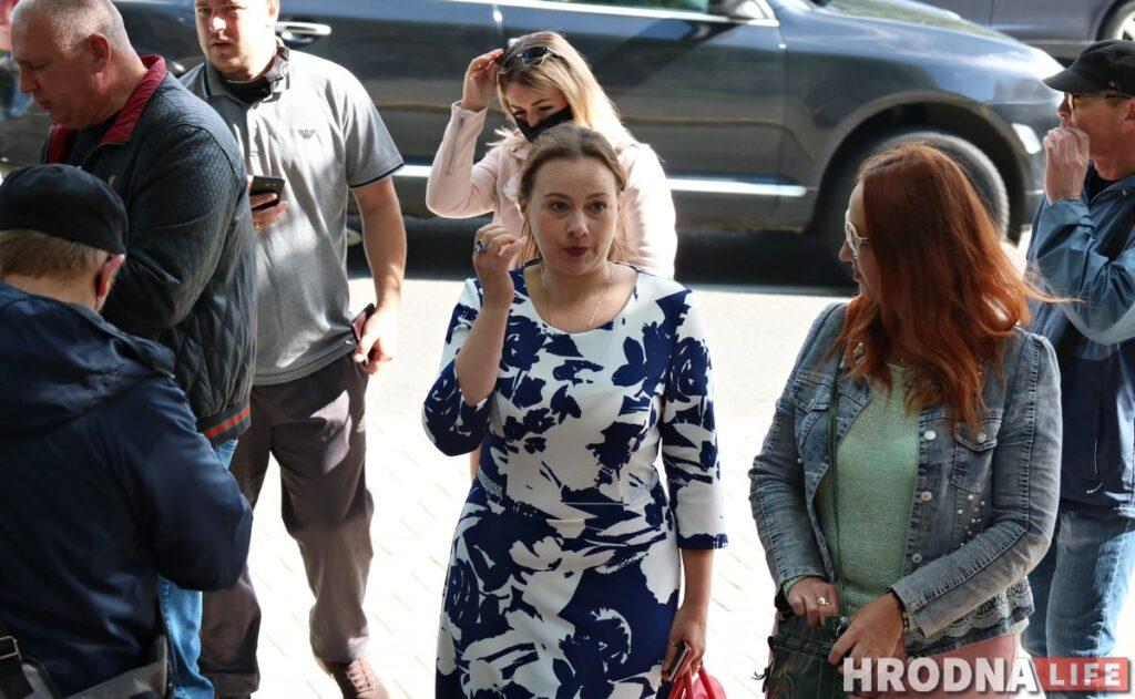 Ганна Канапацкая каля суда Ленінскага раёна ў Гродна