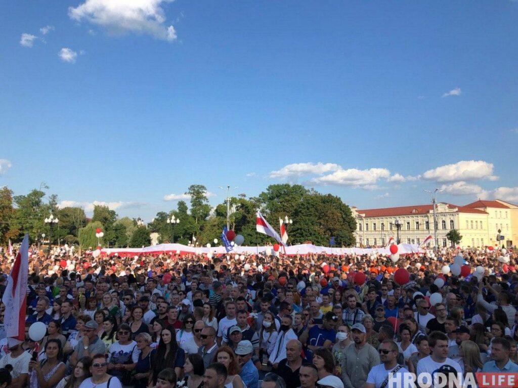 В августе диалог общества с властями проходил на площадях. Сейчас нужна новая форма. Фото: площадь Ленина в Гродно, 14 августа 2020 г.