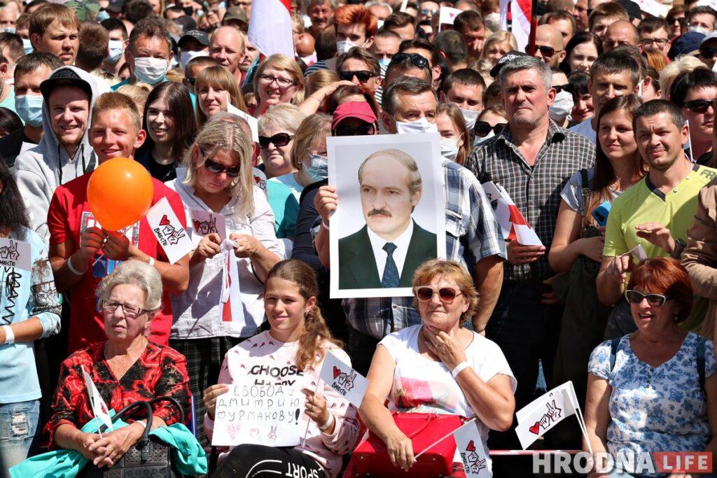 Владимир Соболев с портретом Александра Лукашенко на митинге Светланы Тихановской в Гродно. Фото: Руслан Кулевич