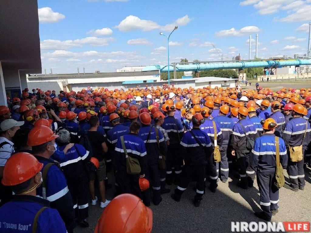 Сустрэчы з мэрам, акцыі салідарнасці і гіганцкі сцяг: пратэсты і страйкі ў Гродна