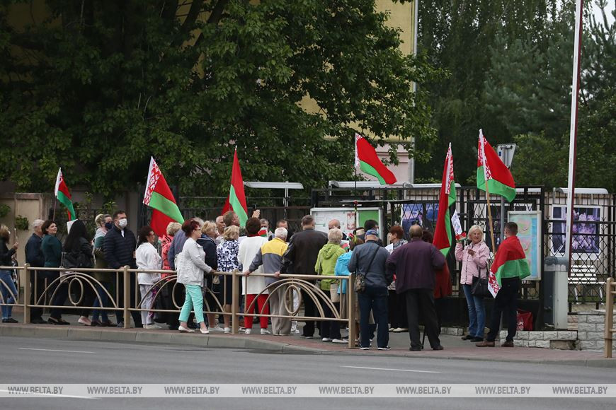Ветераны Гродно пришли к  польскому консульству заявить об иностранном вмешательстве