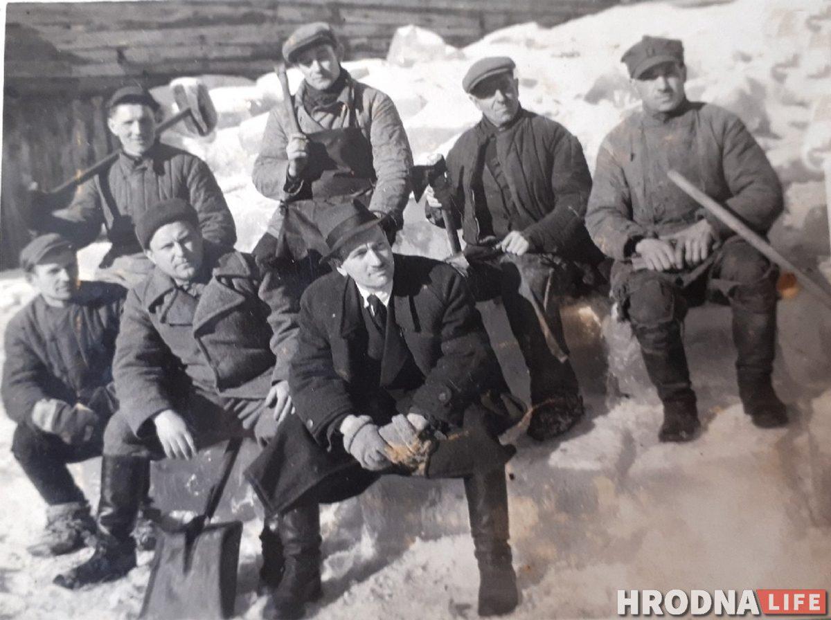 послевоенный Гродно / Гродненцы, которые заготавливали лед для пивзавода, 1940-е гг. Фото из архива семьи Далькевич