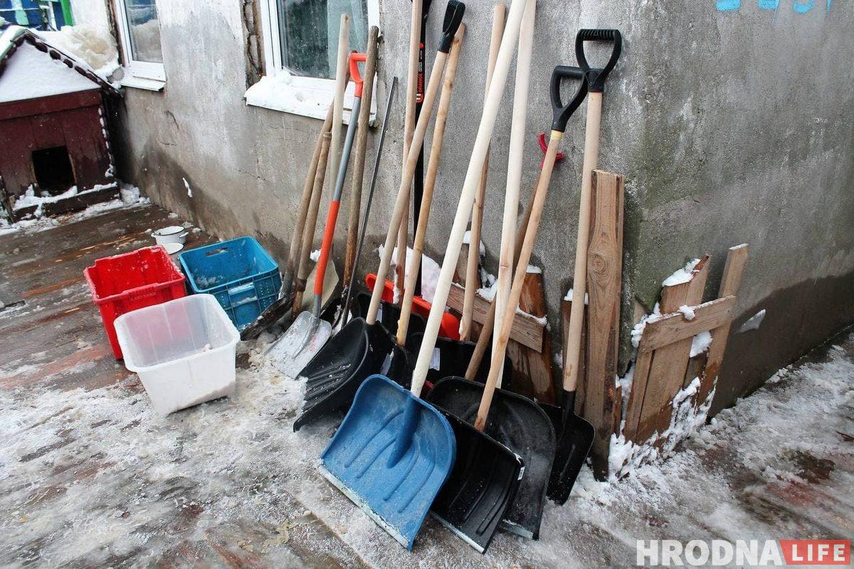 Волонтерам подарили много лопат. Теперь они готовы к любому снегопаду