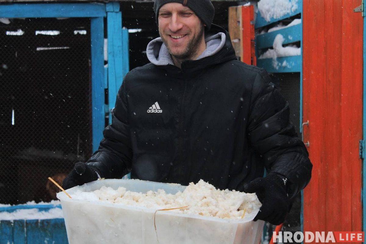 Снег выносили в контейнерах. На вопрос, тяжело ли ребятам и нужна ли помощь, они смеялись и говорили «нет».