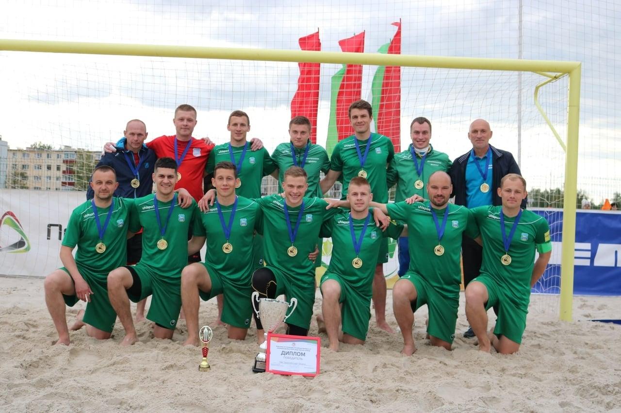 Василий Савич (во втором ряду первый справа) со своей командой по пляжному футболу в 2020 году. Фото: личный архив Васили Савича