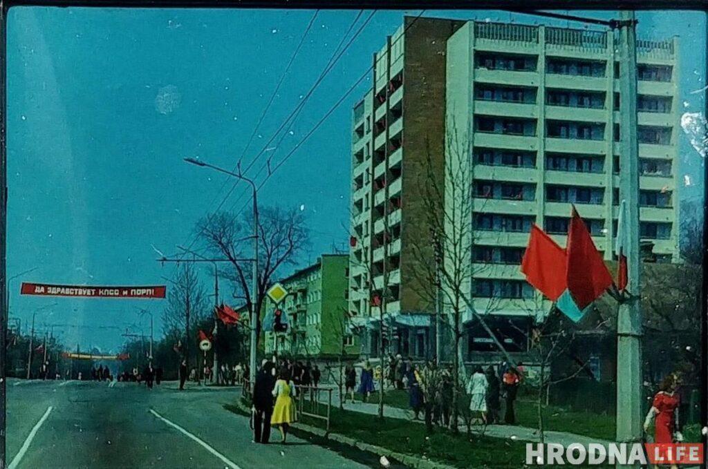 9-этажный дом на проспекте Космонавтов, 10Б. Его построили в 1977 году. Тут получил квартиру Иван Лысенко. Рядом с домом на мусорке и нашли его фотографии