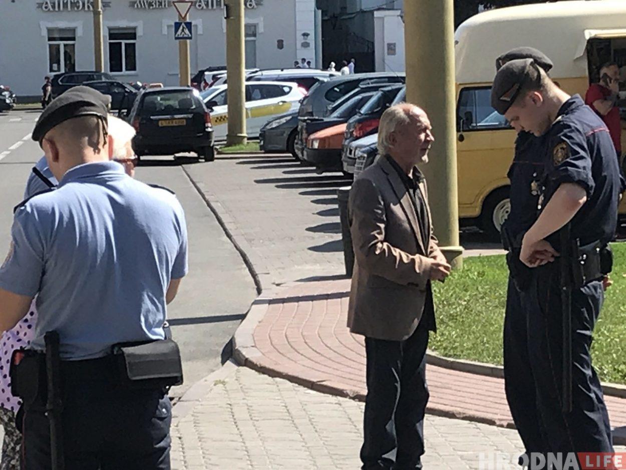 """Уличный музыкант Станислав """"Свистун"""" разговаривает с милицией в 2019 году. Фото: Hrodna.life"""