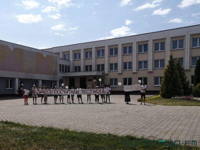 """Плакат """"Здесь посчитали честно"""" возле музыкального колледжа в Гродно. Фото: euroradio.fm"""