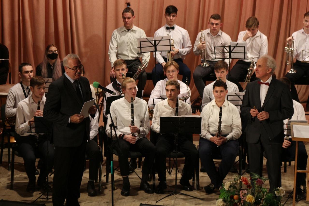 Алексей Солодухин во время выступления перед учащимися. Фото: из архива музыкального колледжа