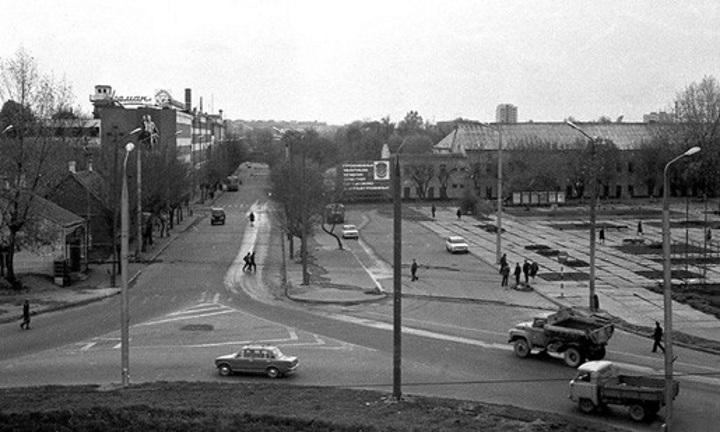 """Улица Горновых в районе """"Пьяного угла"""" в самом начале 1970-х гг. Бывшего отеля уже нет. Он стоял примерно там, где виден грузовик. Фото Натальи Дорош"""