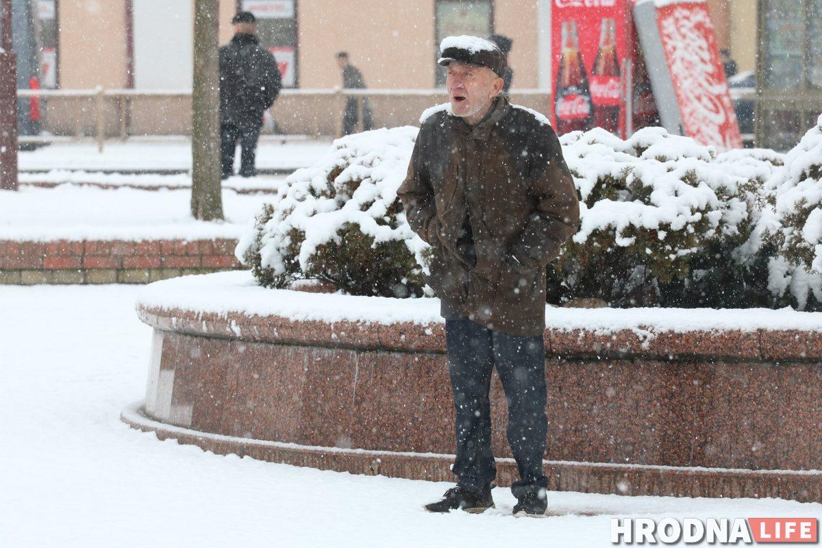 """Уличный музыкант Станислав """"Свистун"""" выступал на улице в любую погоду. Фото: Руслан Кулевич"""