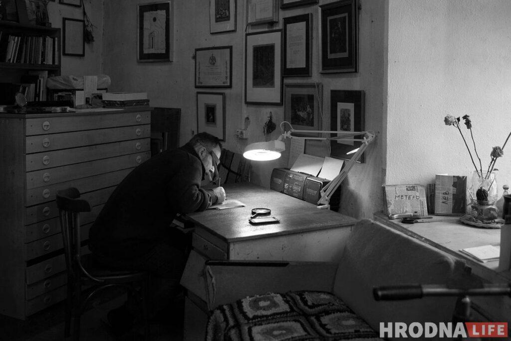 Юрий Яковенко в мастерской, за работой