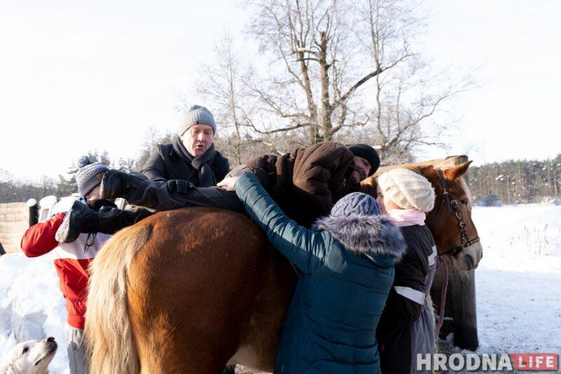 Усадить Артура верхом не получилось. Но он очень радовался, что смог еще раз погладить лошадь. Фото: Елена Миронова