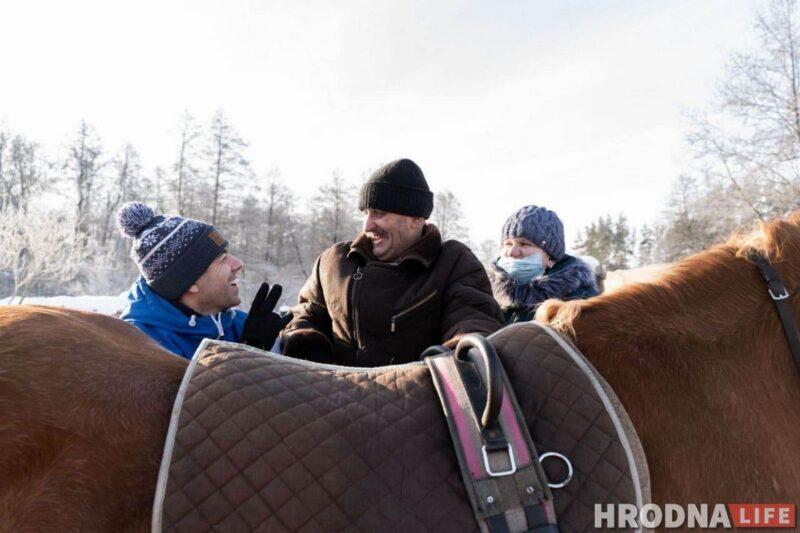 Виталий Мазука (слева), Артур Кунцевич и его жена Марина рядом с лошадью Белкой. иппотерапия