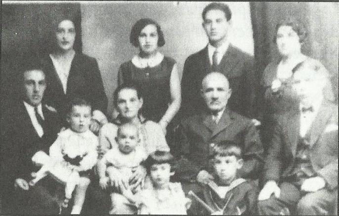 Семья Харольда в Гродно. Сам Харольд сидит у отца на коленях. Фото из архива Харольда Гордона