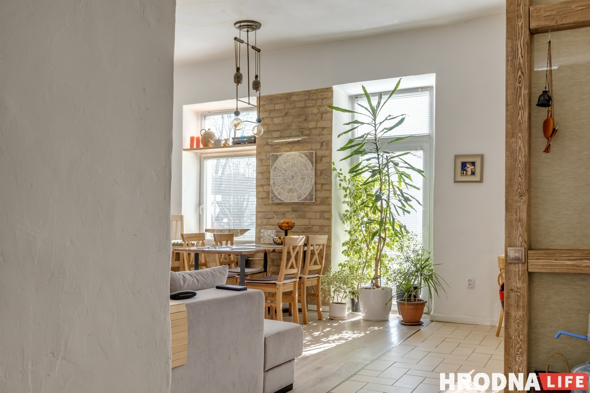 Цветы, колбасы и 10 окон. Семья художников, - о необычной истории своего дома