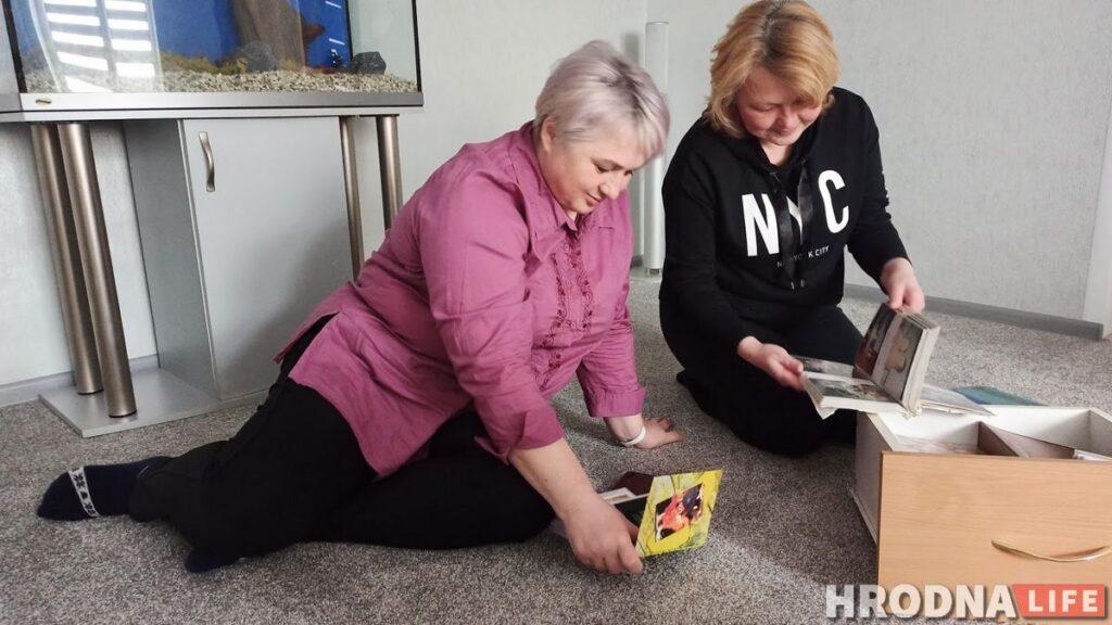 Сестры Надежда Степанцова и Жанна Захаркевич листают альбомы со старыми фотографиями и вспоминают семейные праздники. Фото: Ирина Новик