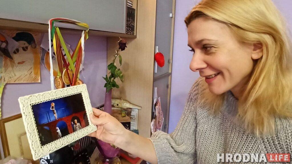 """Оксана Пликус с фотографией из спектакля """"Возвращение Дон Жуана"""""""