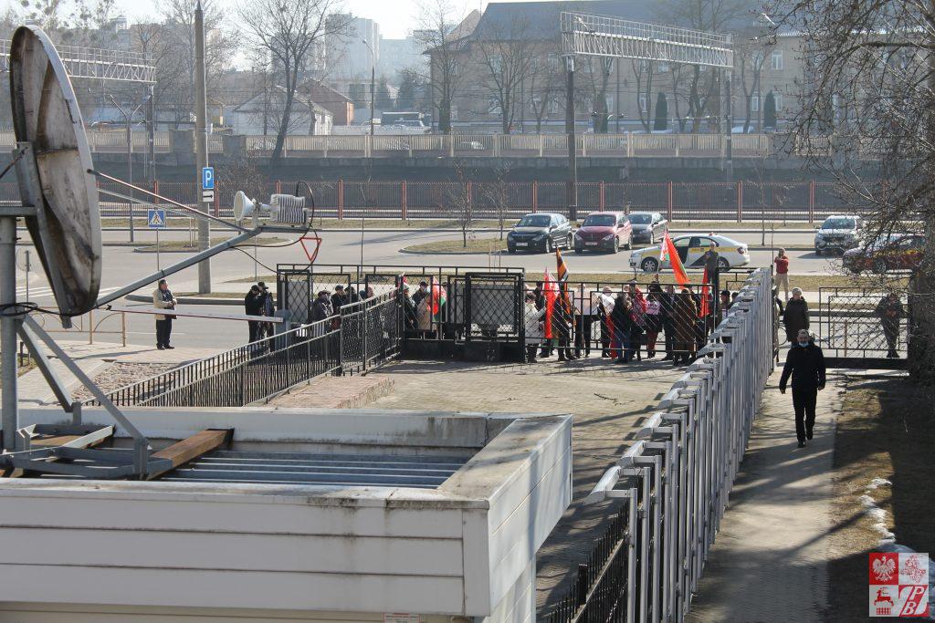 Коммунисты, НОДовцы и Белая Русь митинговали возле Генконсульств Польши и Литвы в Гродно. Власти разрешили