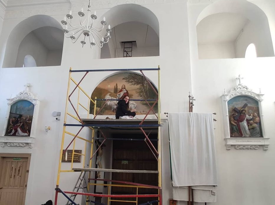 Юлия Кульба реставрирует панно над входом в костел. Фото из личного архива Юлии