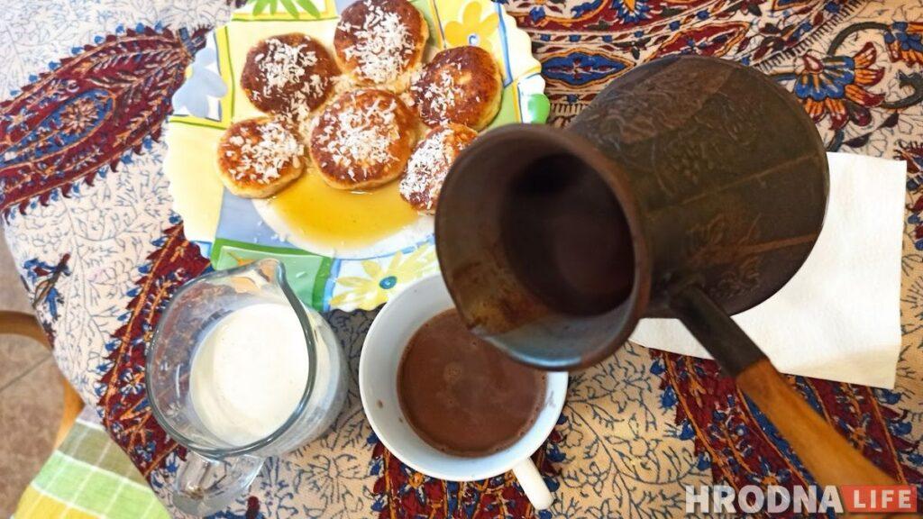 Готовь быстро, ешь медленно. Воскресный завтрак с кокосовыми сырниками и детективом