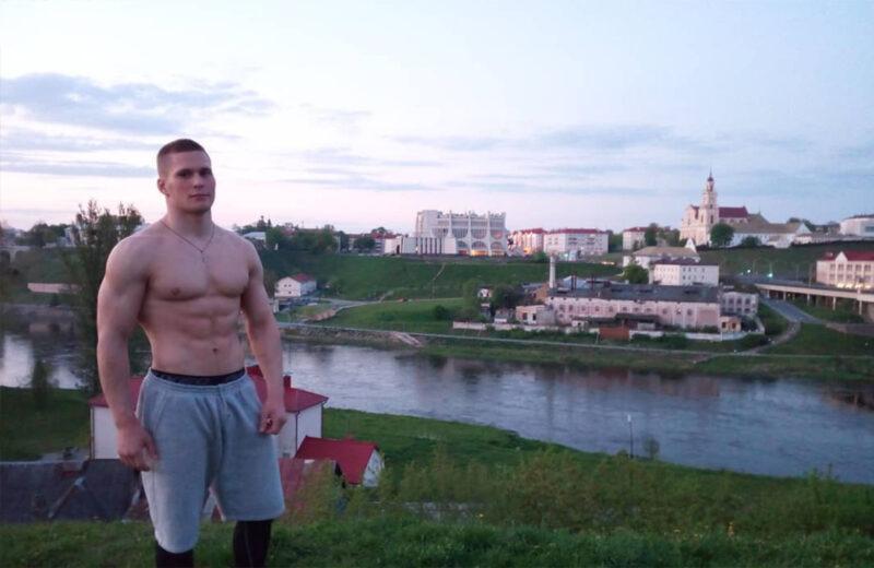 Тренировался в гипсе и всех победил. Захар Дмитриченко из Гродно стал лучшим бодибилдером Беларуси