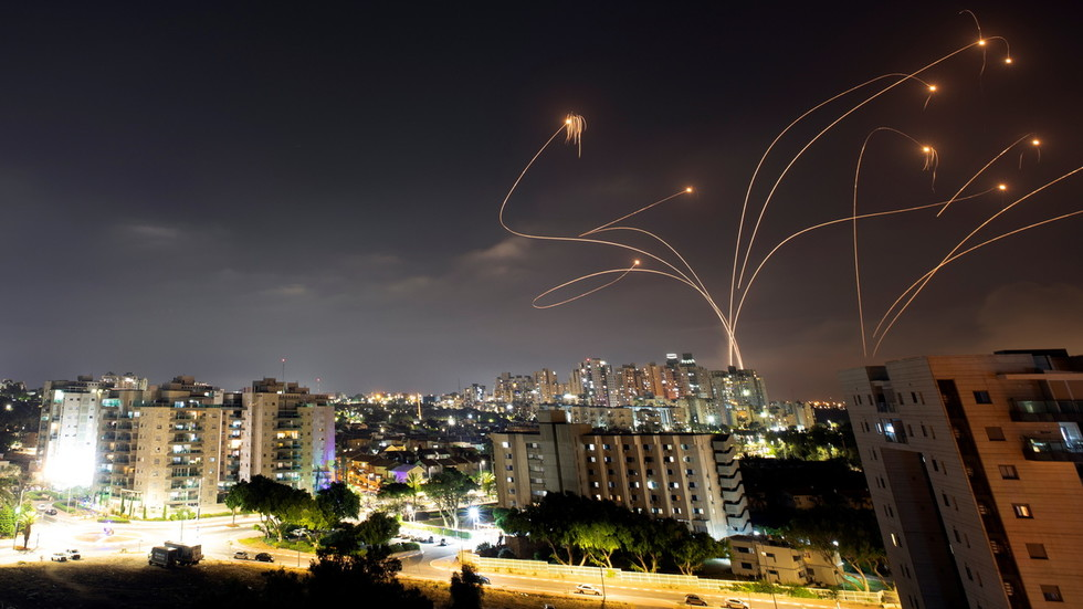 """Система ПВО """"Железный купол"""" перехватывает ракеты, запущенные из сектора Газа в направлении Израиля. Фото: Reuters / Amir Cohen"""