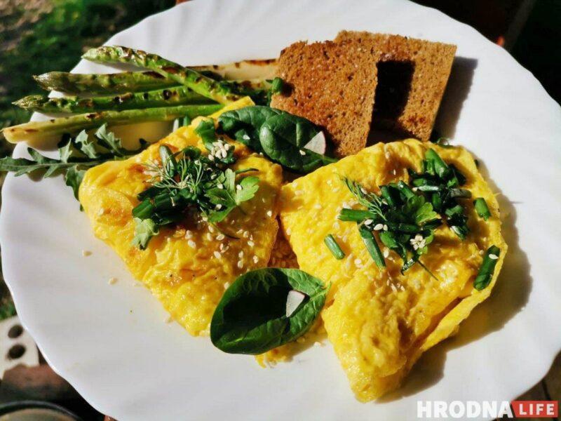 Готовь быстро, ешь медленно. Омлет с творожным сыром для воскресного завтрака