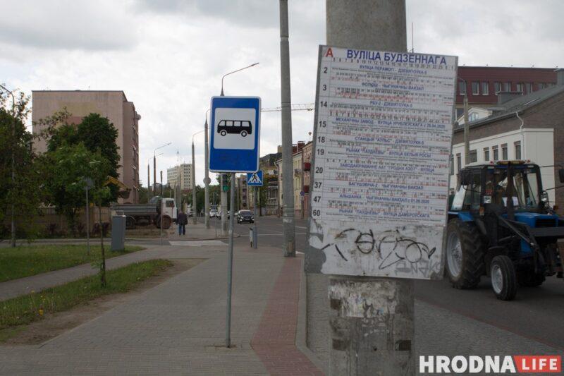 После реконструкции 2013 года улица Будённого стала четырехполосной. Здесь появились автомобильные стоянки