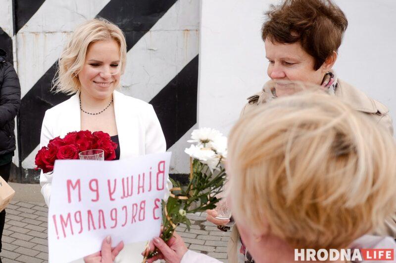 У выхода из тюрьмы Валерию поздравляют гродненки. Фото: Евгений Бузук