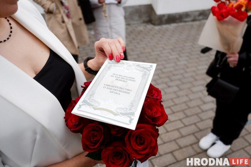 Свидетельство о браке, которое семье вручили за воротами тюрьмы. Фото: Евгений Бузук, свадьба в тюрьме Гродно