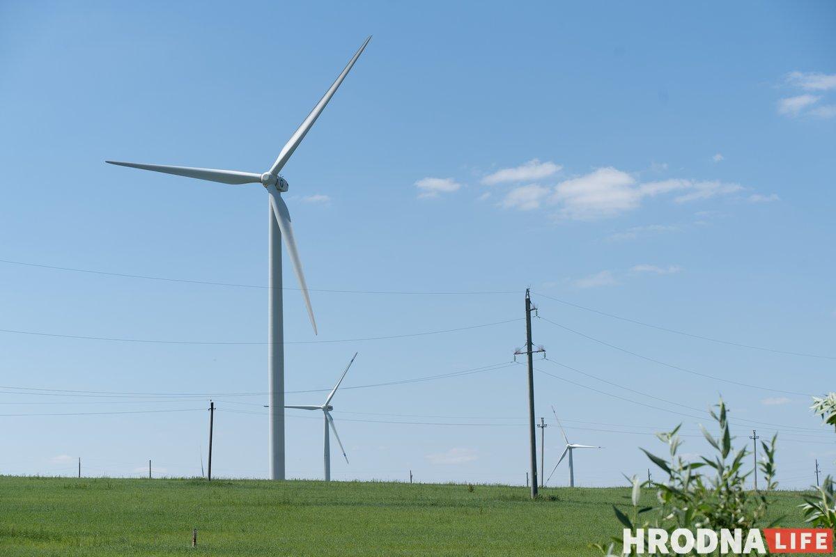 Возобновляемые источники энергии и зеленая энергетика - Новогрудок. Ветряк на переднем плане установлен на въезде в Новогрудок в рамках проекта ЕС