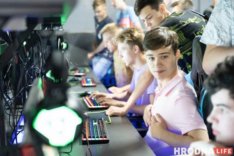 """Хлопец з """"Матрыцы"""", рэванш з клавіятурай і паляванне на мышэй. У Гродне адкрылі кіберарэну """"Skynet"""""""