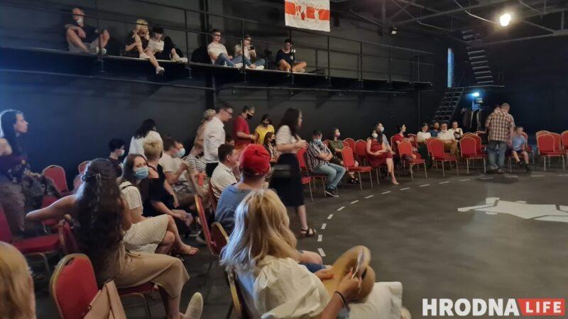"""""""Система учит не слышать, а подавлять"""". Уволенные актёры из Гродно показали в Вильнюсе «Третью смену»"""