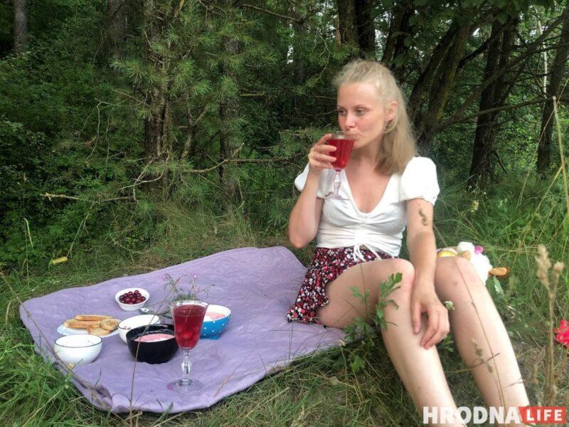 Летний пикник: холодник с колбасой, гренки и вишнёвый компот. Собираемся на природу за полчаса
