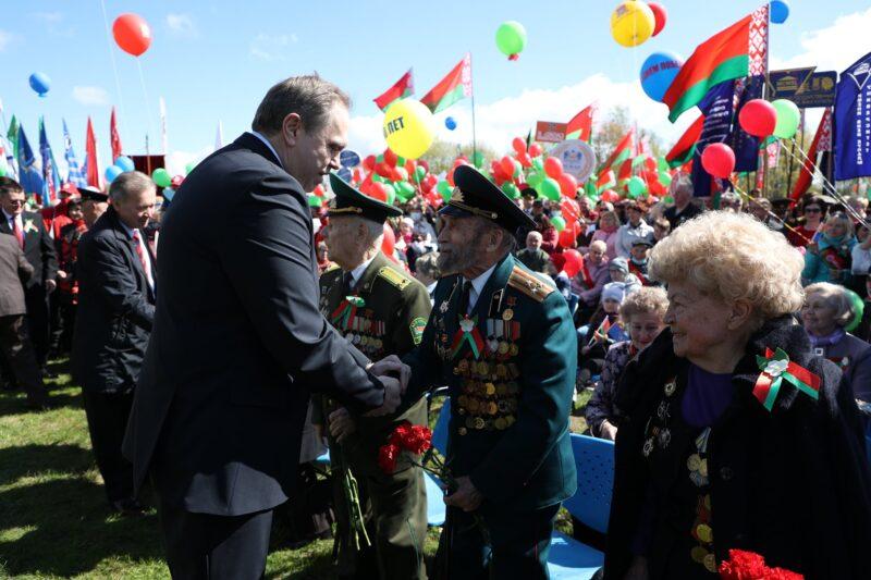 Владимир Караник и ветераны. Источник фото: личная страница В.Караника в Facebook