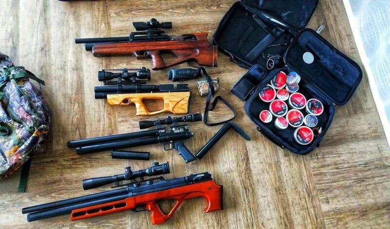 У жителя области при обыске нашли пневматические винтовки и оптические прицелы. Его заключили под стражу
