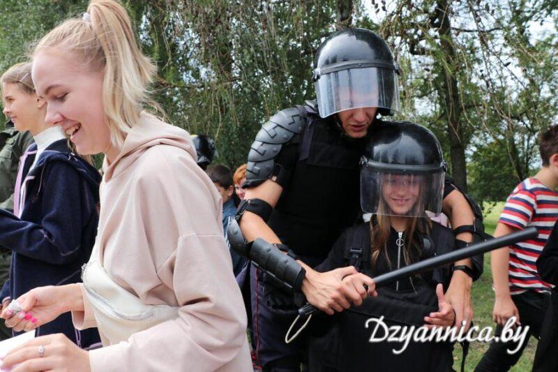 "Сотрудники милиции показали детям дубинки. Фото: ""Дзянніца"""