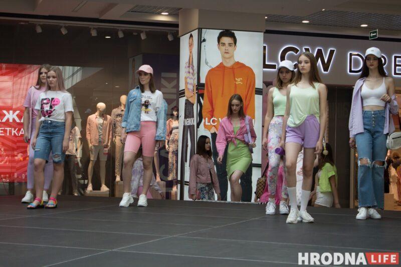 Для школы - деловой стиль, для дома - пижама. В Гродно показали модные луки для подростков к началу осеннего сезона